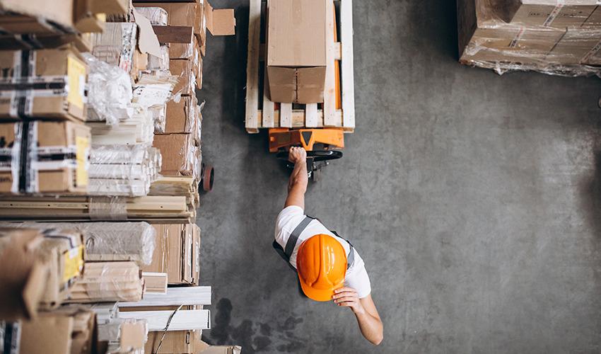 Homem conferindo itens de armazenamento do estoque